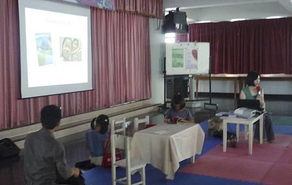 講課的過程中,先生與雙胞胎女兒陪伴在旁邊,這畫面好溫馨