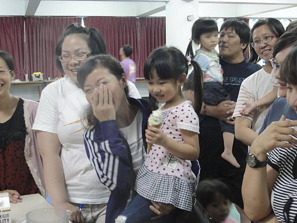 小朋友當真以為在吃甜筒舔了起來,讓現場大人呵呵大笑