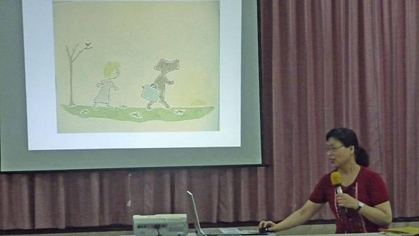 除了分享實際故事,老師還會搭配繪本故事
