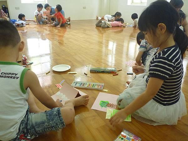 上課的隔天正好是母親節,小朋友很有秩序的分小組圍小圈發揮母親節卡片的創意
