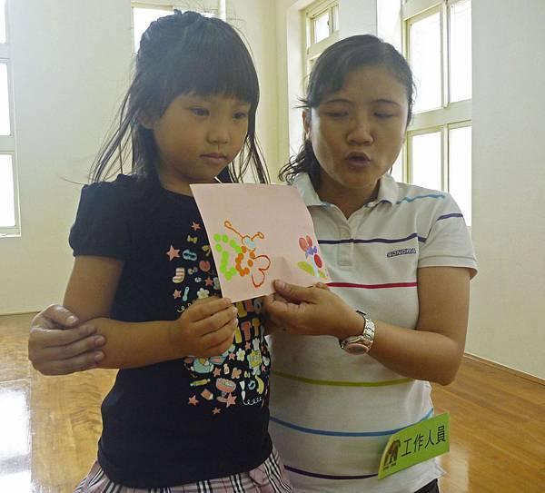 小寶貝用貼紙貼了一隻蝴蝶和一朵花耶