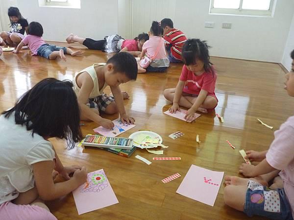家長在大教室上課,小朋友在小教室製作驚喜要給媽咪