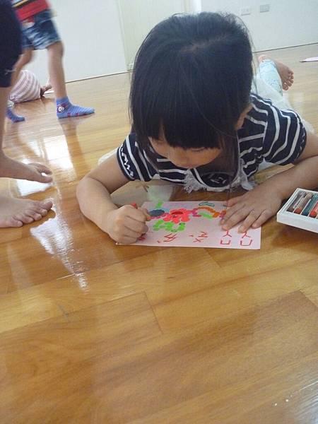 偷看小寶貝在卡片上寫了什麼,寫了大大的『媽咪我愛妳』