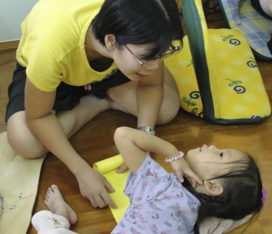 母女倆在討論著要畫什麼陷阱在迷宮裡
