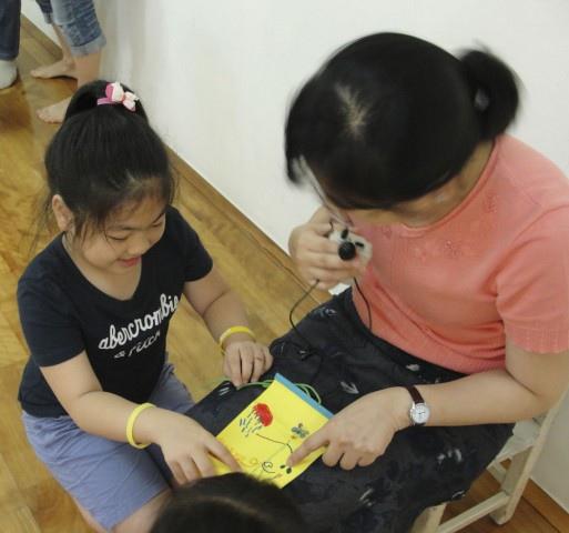 小姐姐也拿自己的迷宮與老師分享