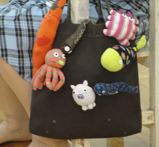 最後一堂課,老師與大家分享自己手縫的襪子娃娃