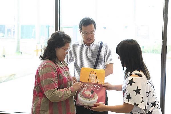 康達美少女獻上感謝卡跟復活節羔羊蛋糕給永弘旅行社表達感謝