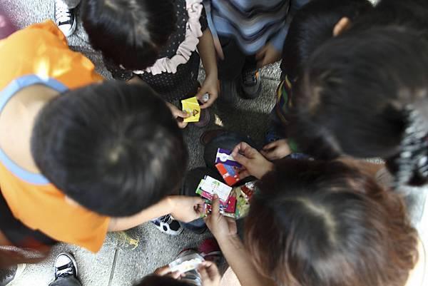 孩子們挑選自己喜歡的熱塑膜