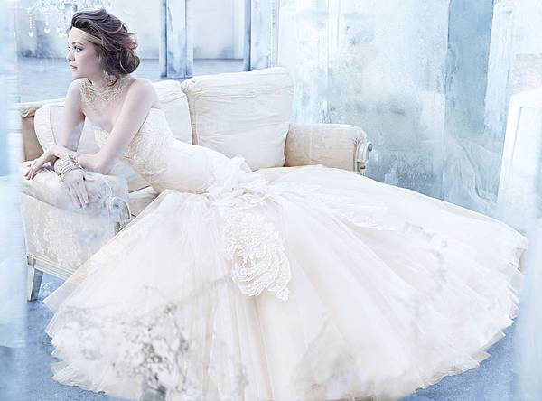 lazaro-bridal-lace-mermaid-gown-strapless-sweetheart-neckline-elongated-gathered-tulle-skirt-chapel-train-3363_zm