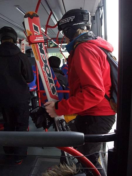 V搭公車遇到要去滑雪的人-好好喔~