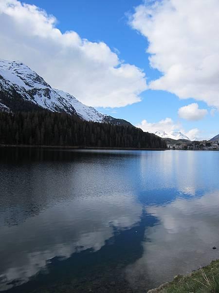 V火車站前的湖泊