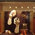 110903-20-成田機場-HERMES櫥窗.JPG