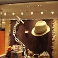 110903-21-成田機場-HERMES櫥窗.JPG