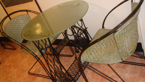 桌子是用古早的縫紉機腳踏板做的