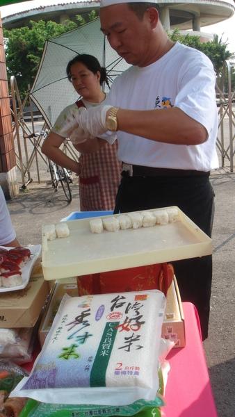 師傅正在做黑鮪魚壽司