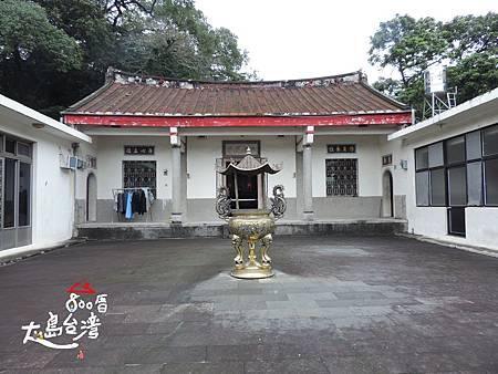 劉家宗祠,是傳統的客家的規格,戶外的天公爐,主廳的擺設、棟柱皆可觀看到。目前仍有六房的子孫居住在此。