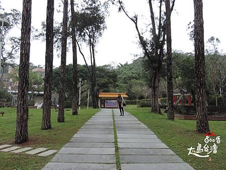 鄧雨賢音樂文化紀念公園。說實話,這公園跟鄧雨賢相關的事物不多,不過耳邊不自覺響起「四、月、望、雨」的旋律,在這時空中迴盪。