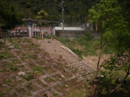 38昔日龜山分班的學童入校門須走階梯到操場再進入教室.JPG