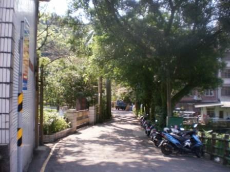 11校園旁的巷弄花木扶疏.JPG