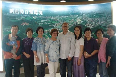 曾治源主任和文史志工期許文史館為新店市民提供最大的服務效益.JPG