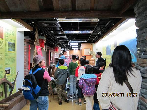 雙峰國小師生在文史館進行鄉土教學