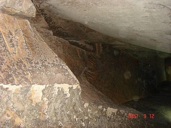 石硿岩壁完全由人工斧鑿而成