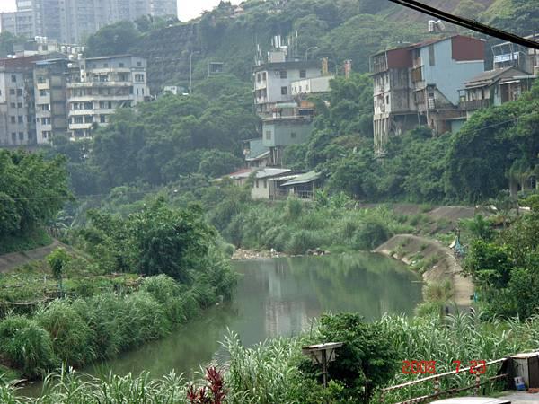 大坪林圳青潭口攔水壩在北溪釣具行土地公廟下方