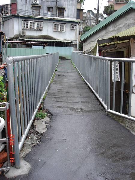 大坪林西圳埋設的地下暗管到新生街55號前過水橋,便將管路埋設依附在橋道下方。