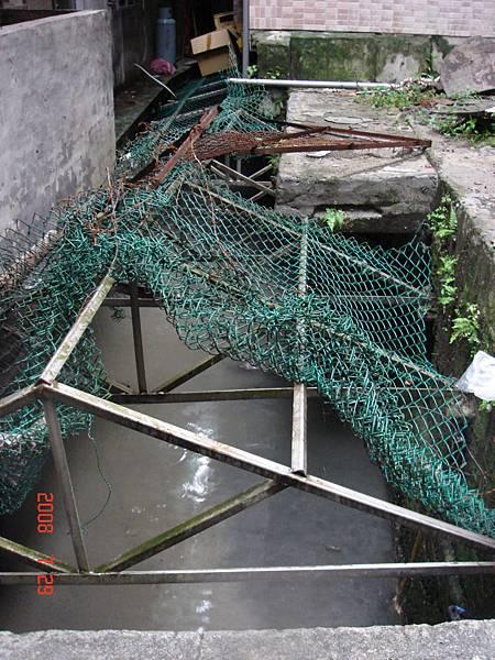 新店後街大坪林圳道加蓋安全網作為污水溝排放汙水