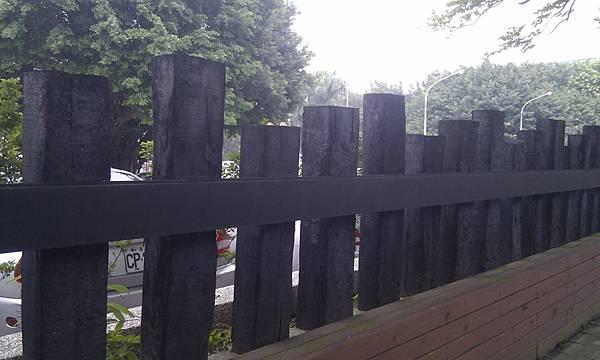 螢橋國中將珍貴的「萬新鐵路枕木」做為學校圍牆