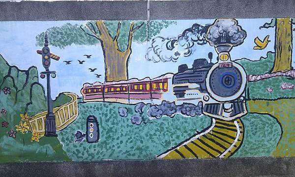 螢橋國小圍牆上的火車說明學校就在萬新鐵道旁
