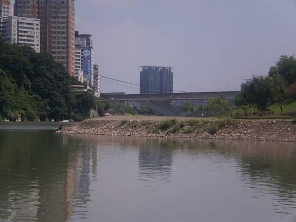 文學步道前遼闊的水域碧橋正在其間