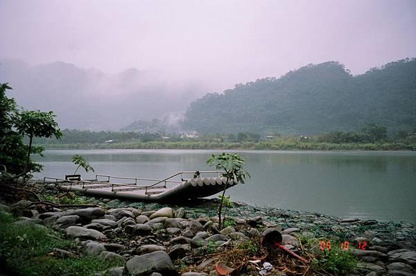 廣興渡行船於如詩如畫的濛濛湖水面