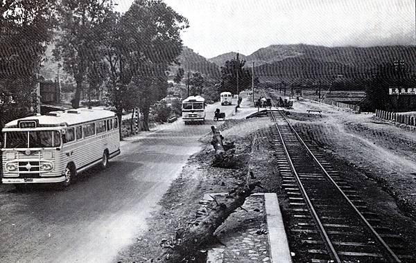 連結台北新店間的鐵路公路