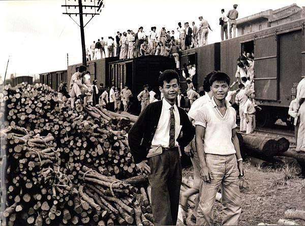 搭乘萬新鐵路到碧潭看美國白雪滑水團表演盛況