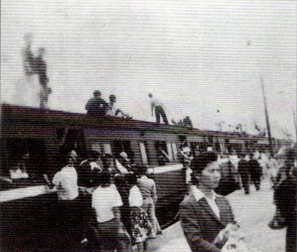 50年代美國白雪滑水團在碧潭表演大家爭相搭萬新鐵路前往碧潭盛況─照片提供林萬傳