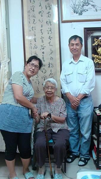 志工與熊奶奶、里長