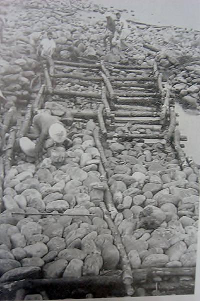 工人使用石塊填平竹蛇籠沈床(照片提供周萬益)