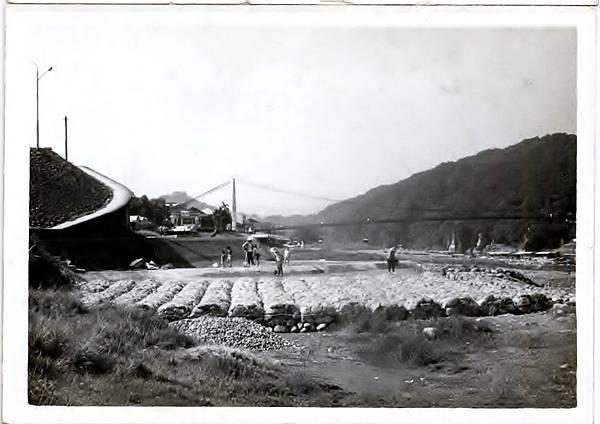 竹蛇籠攔水壩以堅實的石塊作為沈床基座及護岸(照片提供周萬益)