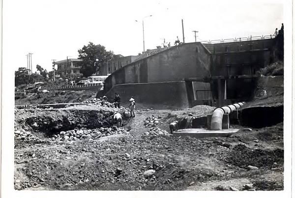 抽水站抽水管埋設工程艱辛繁複(照片提供周萬益)