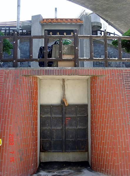 瑠公圳在碧潭岸邊的入水口閘門