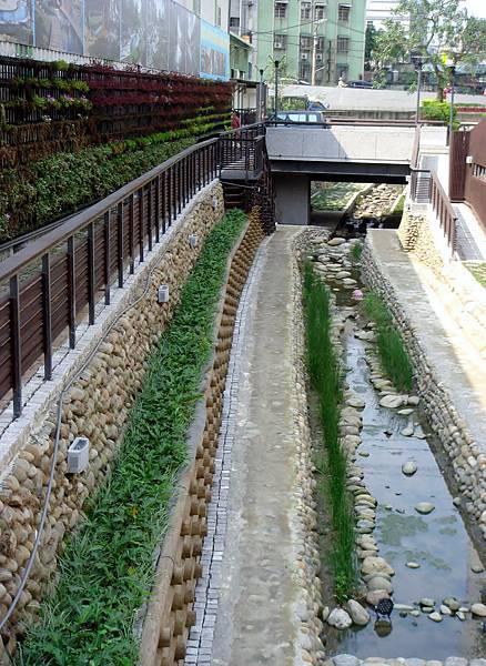 瑠公圳經過空間環境改造計畫整治為整潔優美的綠色親水步道