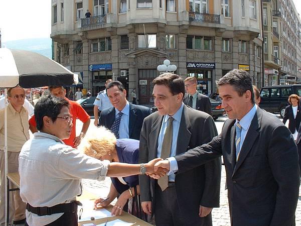 馬其頓-張桂越與希臘外交部副部長握手