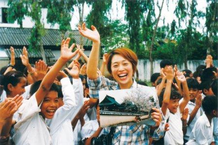 青木與柬埔寨小孩合照
