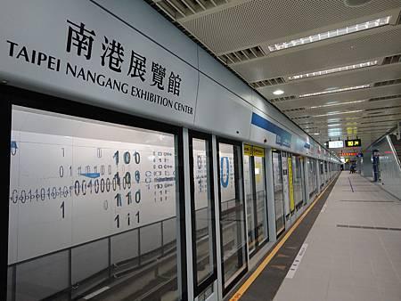 南港展覽館站的月台門與壁畫.JPG