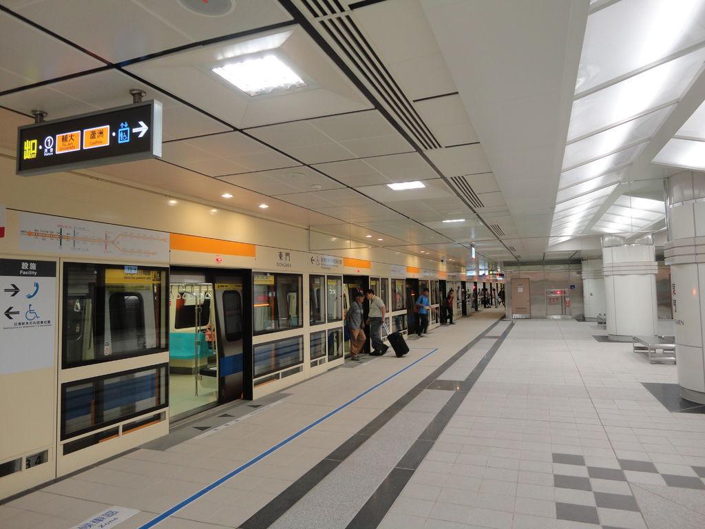 東門站通車首日中和新蘆線月台