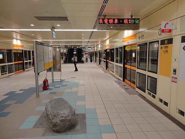 三民高中站的月台層