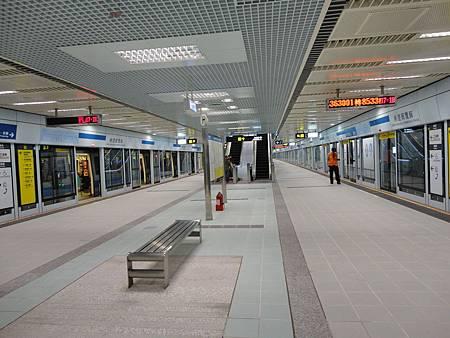 南港展覽館站的月台.JPG