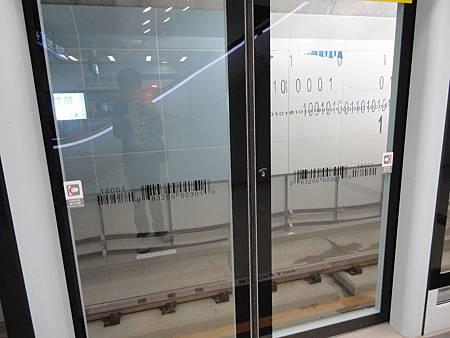 南港展覽館站月台門貼有條碼.JPG