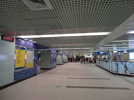 南港展覽館站板南線的大廳層.JPG